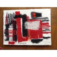 Viltschilderij in rood en zwart
