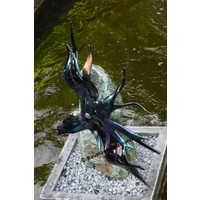 Vogel van glas op steen