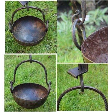 Pan with hinge