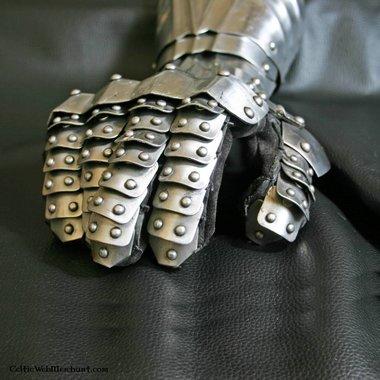 Guanti d'arme con rivetti