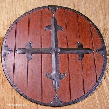 Escudo redondo de madera con cruz