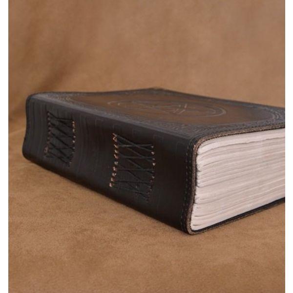 Libro nero in pelle con Pentagram, ca. 23 x 18 cm