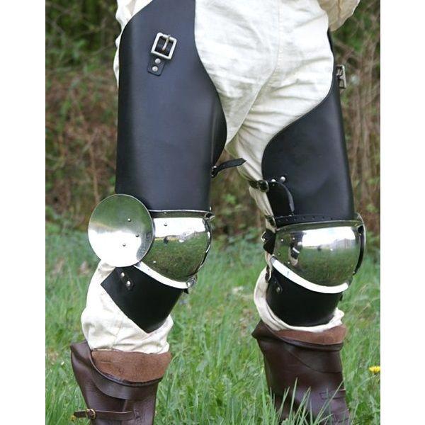Un par de botas hasta la rodilla con piezas de cuero