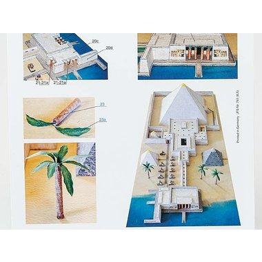 Modelo de papel pirámide con el templo