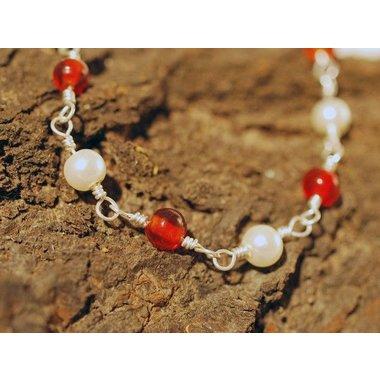 Collier romaine avec des pierres rouges
