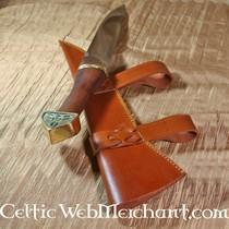 Scramasaxe décorée d'un triskelion, manche en bois