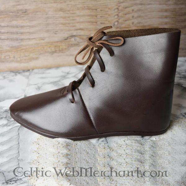 Bottines médiévales avec des clous de chaussures