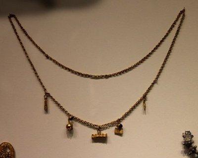Argent et bronze colliers
