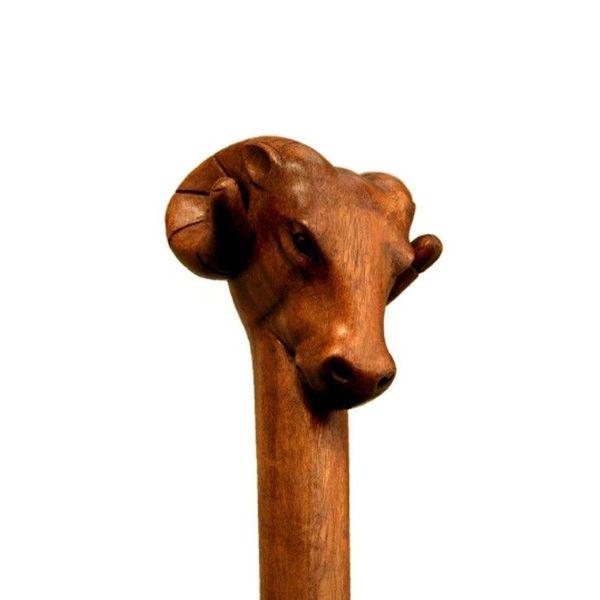 Bastón de madera con la cabeza de carneros