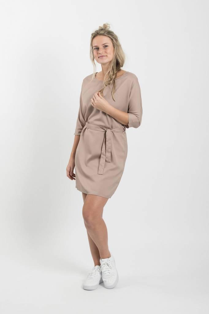 Zusss Sjiek jurkje met centuur poederroze M/L