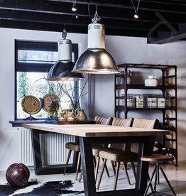 Tafel Stoere tafel 'Leipzig' met een rustiek eiken blad en metalen trapeze onderstel.
