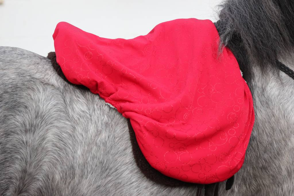 Hoods & Kisses saddle cover de luxe