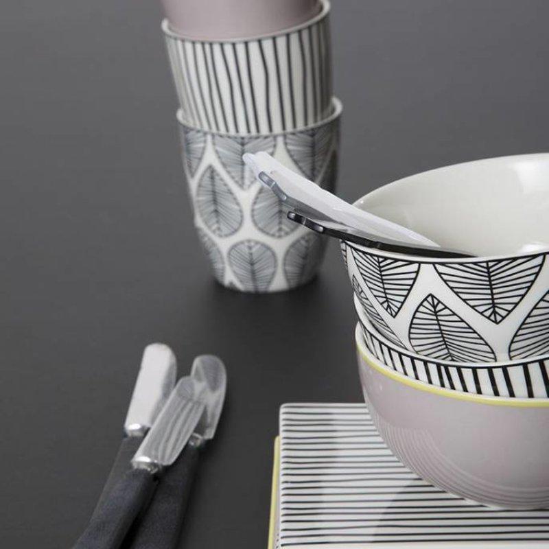Porseleinen schaaltje met zwarte lijnen motief
