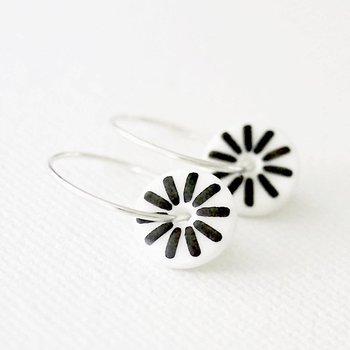 One & Eight Porseleinen oorbellen met zwarte retro bloem motief