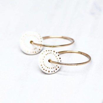 One & Eight Porseleinen oorbellen met gouden stippen