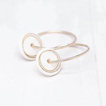 One & Eight Porseleinen oorbellen met gouden cirkels