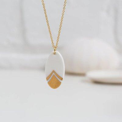 Gouden ketting met ovale porseleinen hanger - goud