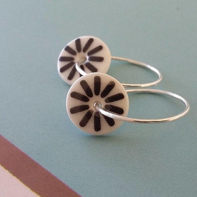 Porseleinen oorbellen met zwarte retro bloem motief