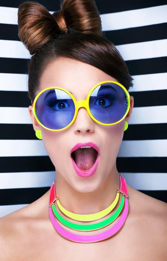 Tips voor het dragen van een kleurige zonnebril