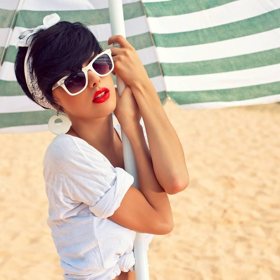 Een witte zonnebril voor de zomer