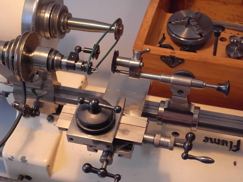 Der Uhrmacher an Der Drehbank F53 Uhrmacher Drehbank