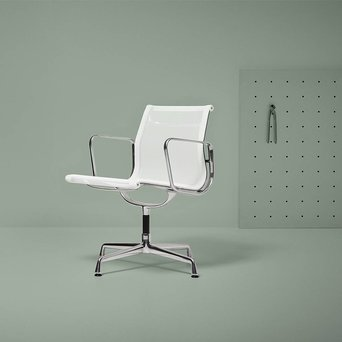 Vitra Refurbished Vitra EA107/108 Aluminium Chair | wit netweave