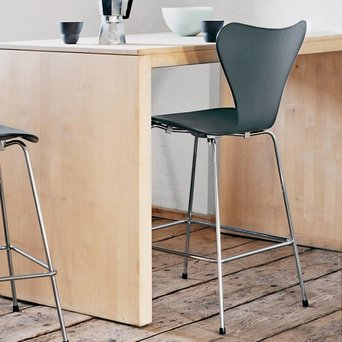 Fritz Hansen Fritz Hansen Series 7 | 3197 Bar stool | Front upholstery | Coloured ash