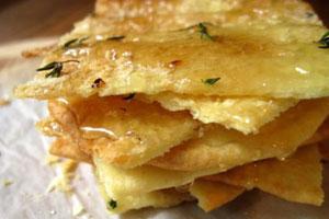 Knapperig flatbread met honing, tijm en kaas