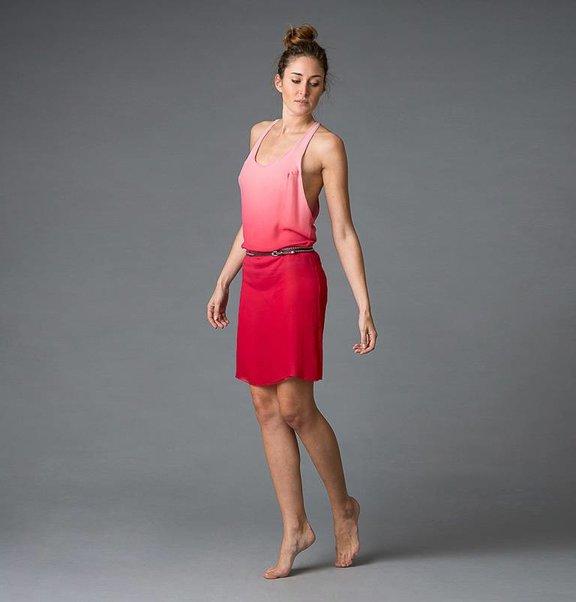 This is Lily Zijden, dip-dye kersen / wit tanktop jurkje