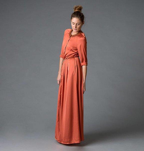 This is Lily Roestkleurige, polyester jurk met leren kraag