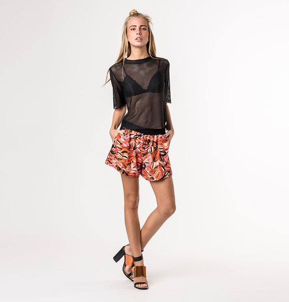 This is Lily Contrast short met lip print