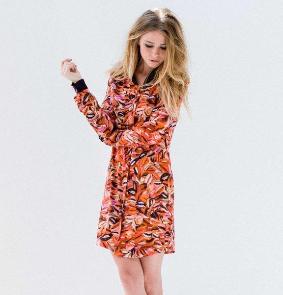This is Lily Viscose blouse-jurk met lip print