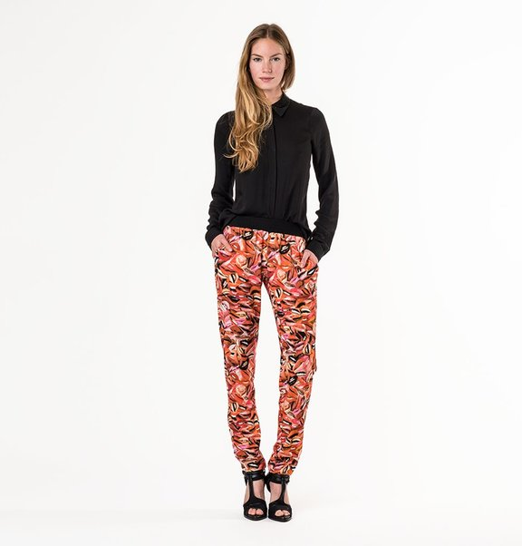 This is Lily Crepe pantalon / jogger with lip print