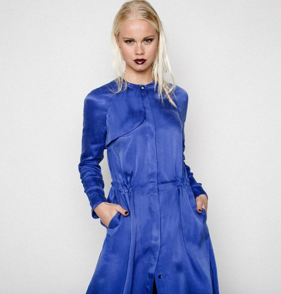 This is Lily Cupro Jurk Blauw