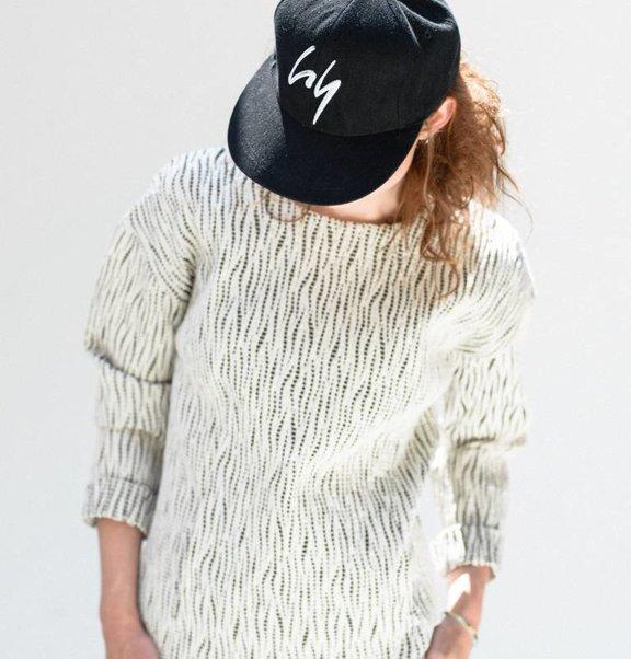 This is Lily Zwarte, katoenen, pet met geborduurd logo