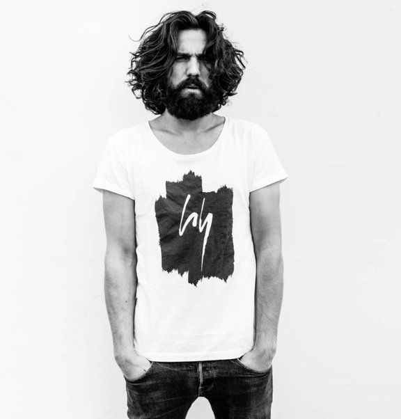 This is Lily Wit T-shirt met zwarte logo print
