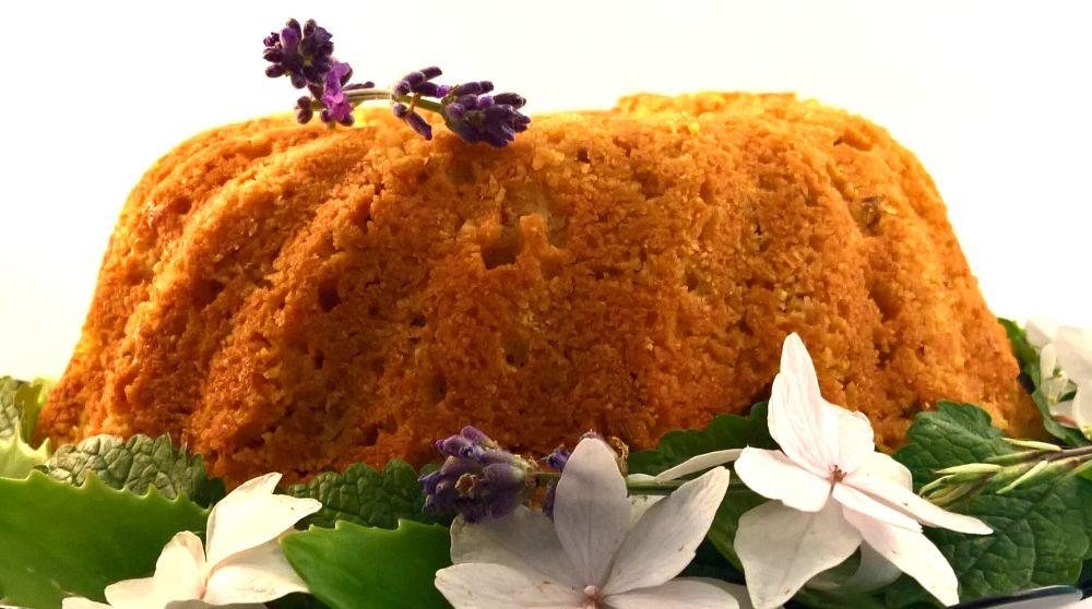 Polenta tulband cake met lavendel, rozenbottel en bloem decoratie (glutenvrij recept)