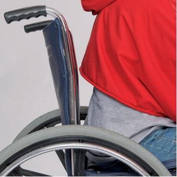 Rollstuhlcape mit Kurzform im Rücken. Macht das Aus- und Anziehen zum Kinderspiel!