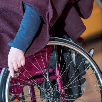 Rollstuhlcape und Cape für schwangere Frauen, junge Mamas und Seniorinnen für besonders viel Bewegungsfreiheit