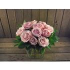 Boeket 12 grootbloemige roze rozen € 26,95