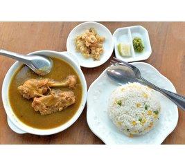 Kip Massaman curry, rijst en Sajur Lodeh