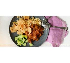 Kipsatéschotel, rijst, atjar en sambal goreng boontjes