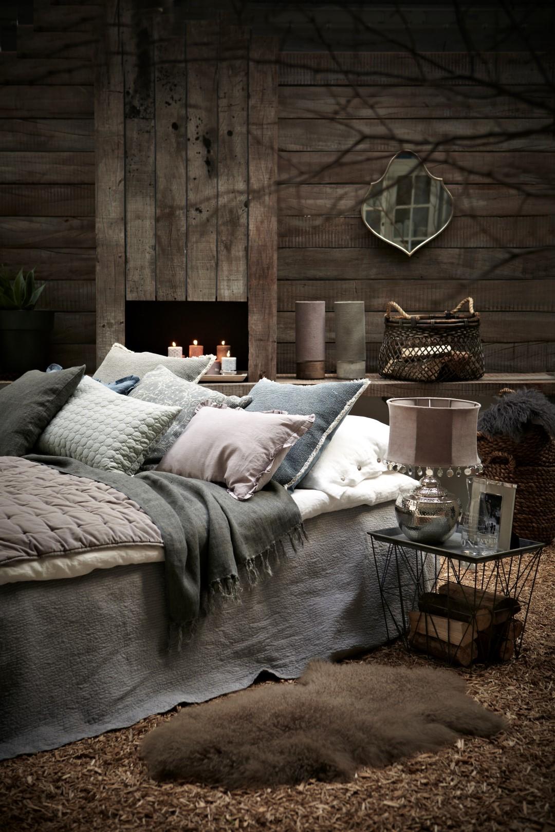 met deze warme winterse slaapkamer kom je zeker je bed niet meer uit in de slaapkamer zijn veel natuurlijke materialen aanwezig die gecombineerd zijn met