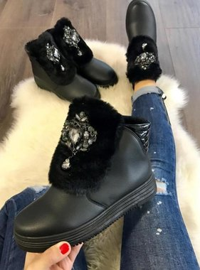 Boots with pebbles and fur black