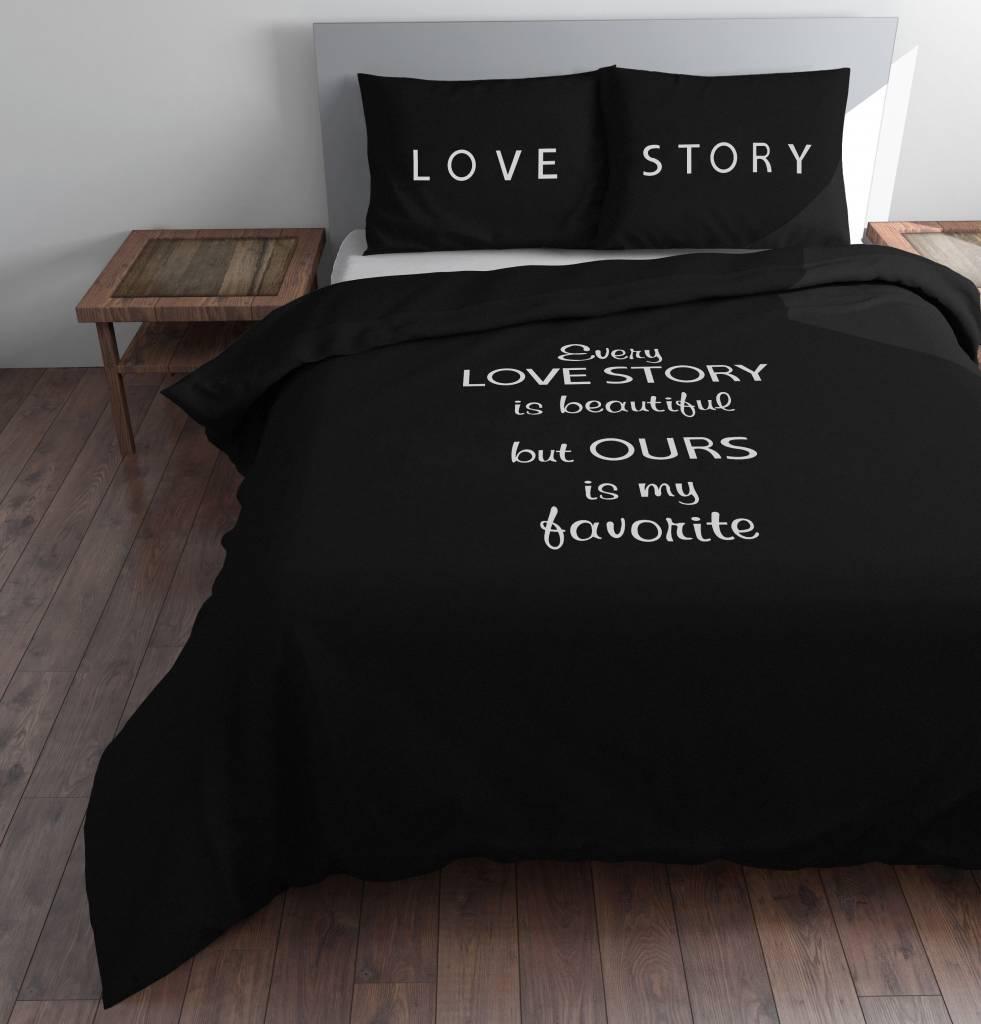 Dit dekbedovertrek zwart met witte letters u0026quot;Every Love Storyu0026quot; geeft ...