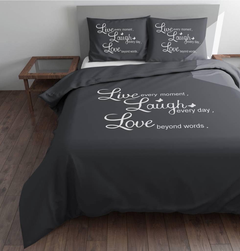 Dekbedovertrek Grijs met in het wit de tekst  u0026quot;Live, Laugh, Love u0026quot; van het merk sleeptime