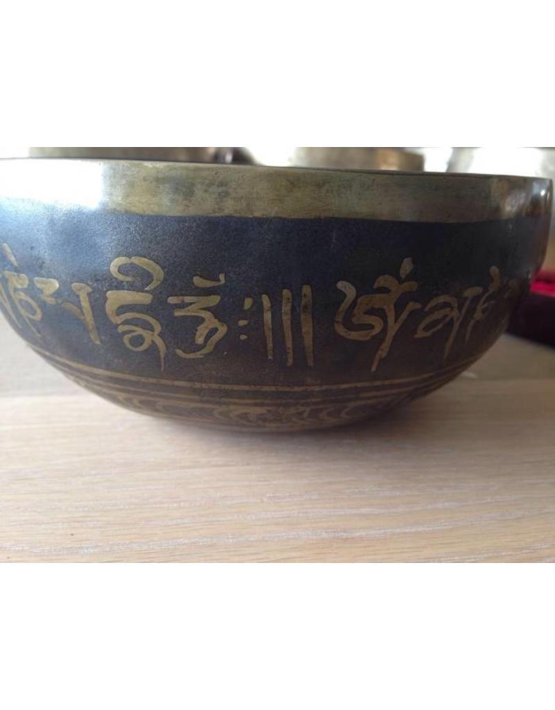 Dakini singing bowl with the Hum symbol inside