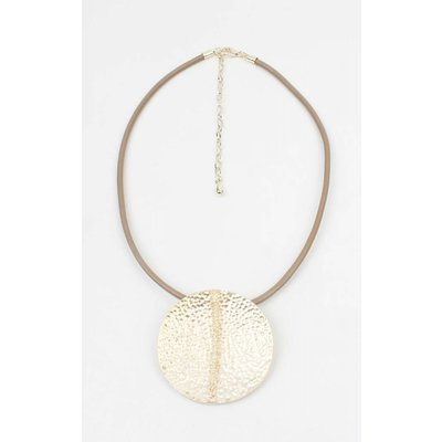 """Kurze Leder Halskette """"Flach"""" mit geprägtem Matte gold Anhänger"""