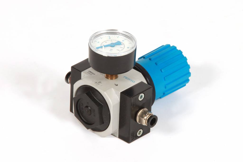 Pressure control valve with pressure gauge (up to 7 bar)