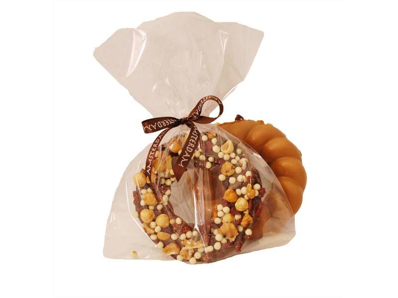 Chocolade krans met noten en gedroogde cranberries